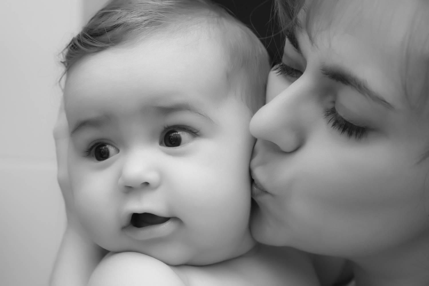 целовать ребенка